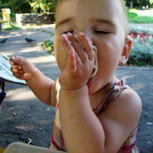 Lăsaţi copiii să mănânce singuri