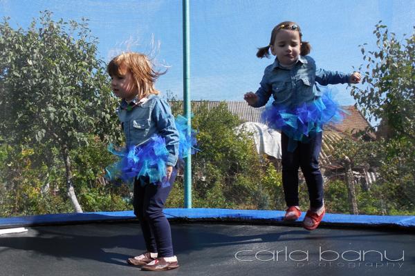 Sarituri pe trambulina copii