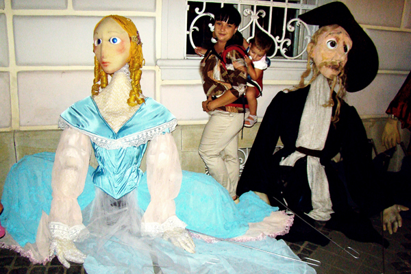 Marionete uriase Teatrul de Arta Deva